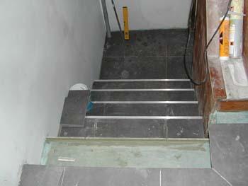 Carrelage dans l 39 escalier notre maison chantier jour for Carreler des marches d escalier
