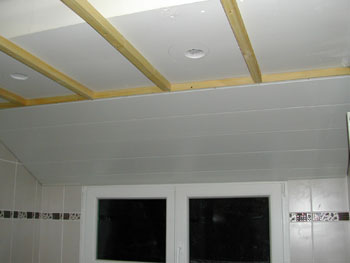 Lambris pvc plafond jointif devis travaux construction for Pose lambris pvc plafond salle de bain