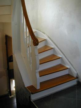 L 39 escalier est peint notre maison chantier jour apr s jour - Escalier bois peint en blanc ...